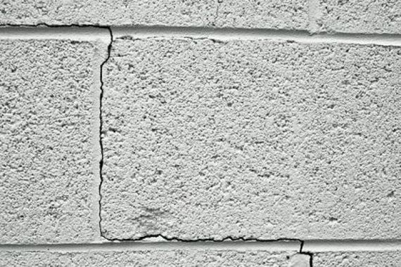 fissures-inquietantes-dans-un-mur-en-parpaing-3159-664-0